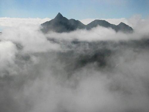 雲に浮かぶ槍ヶ岳