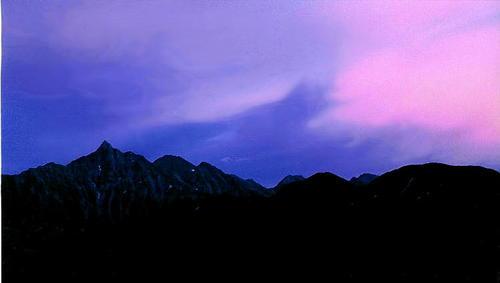 槍ヶ岳 紫に染まる