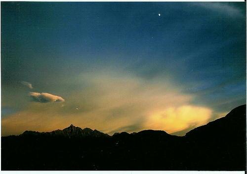 槍ヶ岳と下弦の月